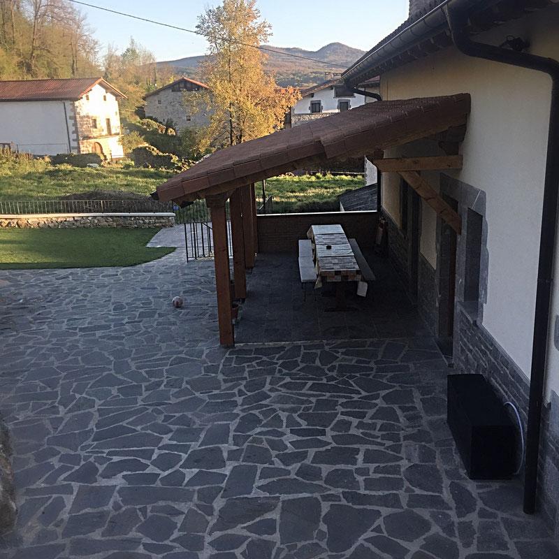 Porche y terraza exterior casa rural iturburu - Casa rural lekunberri ...